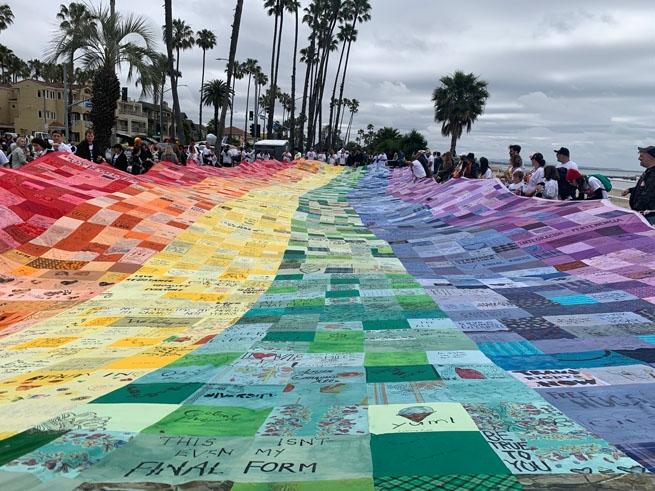 Üzerinde 3.500 Eşitlik ve Çeşitlilik Mesajı Bulunan Kumaşlardan 37 Metrelik Bir LGBT Bayrağı Dikildi
