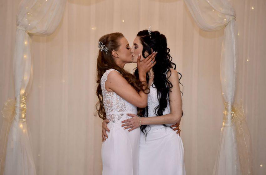 Karşınızda Kuzey İrlanda'da Evlenerek Tarih Yazan İlk Eşcinsel Çift