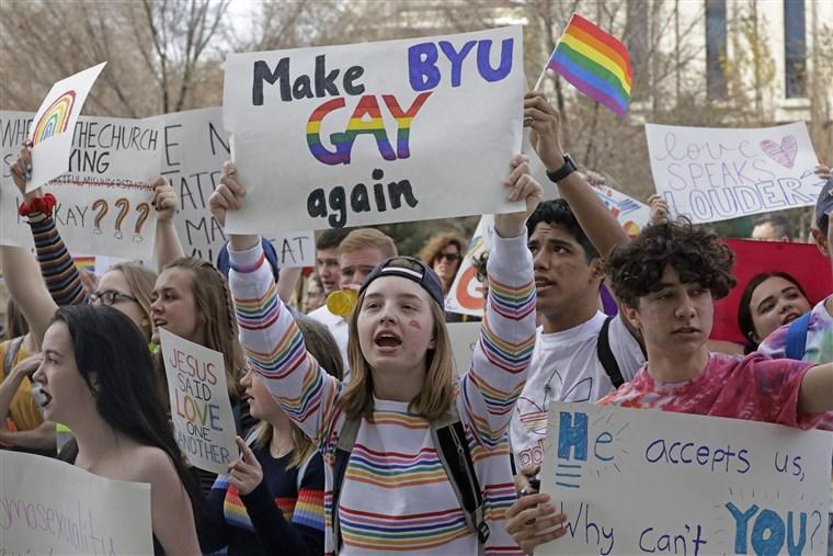 Homofobik Olmadığını Söyleyip Öğrencilerini Kandıran Okul, Binlerce Öğrencisi Tarafından Protesto Edildi!