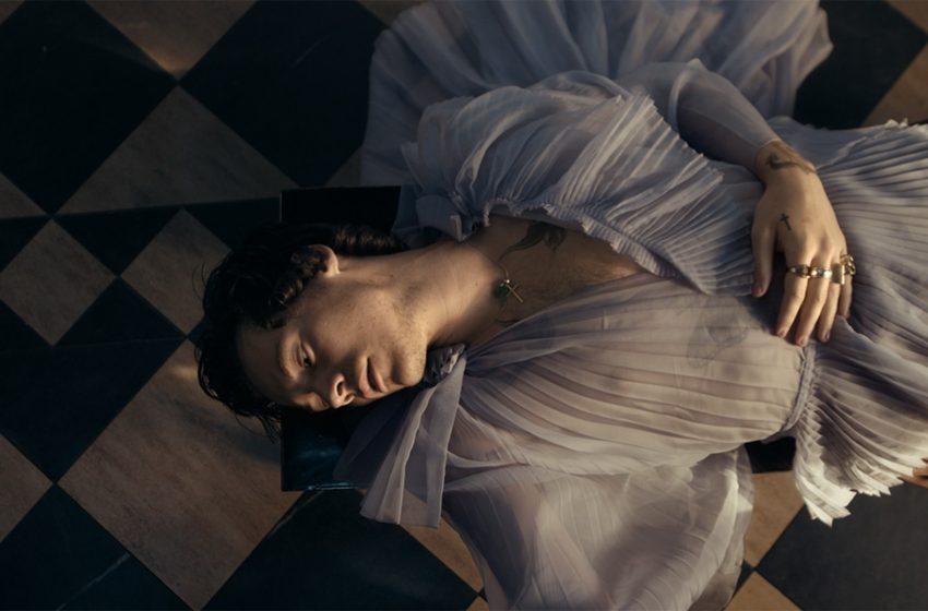 İzleyin: Harry Styles, Falling Şarkısı İçin Nefes Kesen Bir Müzik Videosu Yayınladı