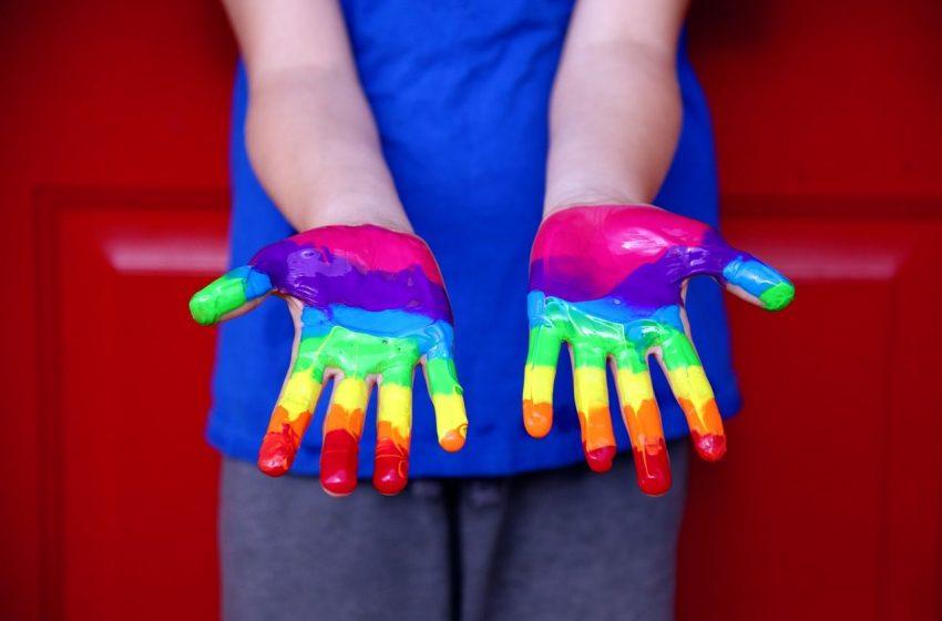İngiltere'de Kendisini Lezbiyen, Gay ya da Biseksüel Olarak Nitelendirenlerin Sayısında Rekor Artış!