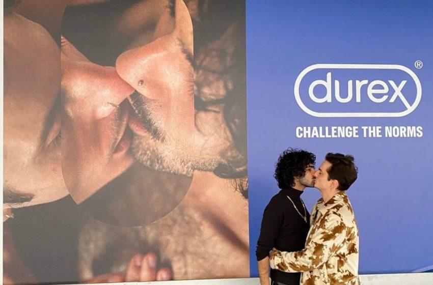 Durex Reklamında Öpüşen Çift, Kendi Billboardları Önünde Yeniden Öpüşerek Ekledi: Aşk Her Zaman Kazanır!