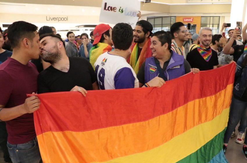 Eşcinsel Bir Çiftin El Ele Tutuşmasını Yasaklayan Alışveriş Merkezine 'Öpüşmeli' Protesto!