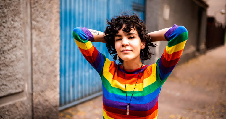 LBT Kadınların %79'u, Eşcinsel Erkeklere Kıyasla Daha Az 'Görünür' Hissediyor