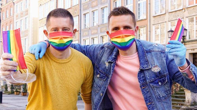 İzleyin: Eşcinsel Çift, Polonya Sokaklarında Gökkuşağı Desenli Maske Dağıttı