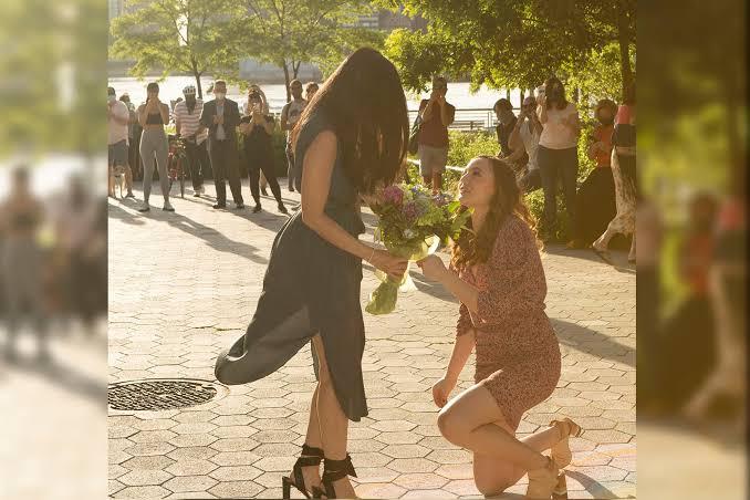 İzleyin: Bir Hemşire, Aylar Süren Karantinadan Sonra Kız Arkadaşına Evlenme Teklifi Etti!