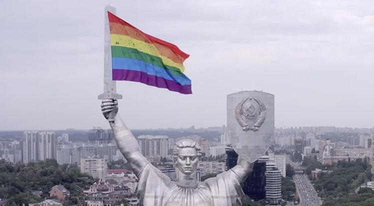 İzleyin: Ukrayna'daki Aktivistler, Bir Heykele Drone Yardımıyla Pride Bayrağı Yerleştirdi!