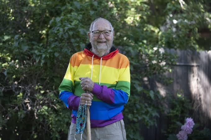 90 Yaşındaki Bir Adam, 70 Yıl Önce Aşık Olduğu Erkeği Unutamadığı İçin Eşcinsel Olduğunu Açıkladı