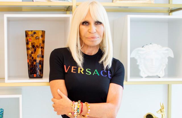 Versace x Pride Koleksiyonunu Yayınlayan Donatella: Nefreti ve Ayrımcılığı Durdurmalıyız!
