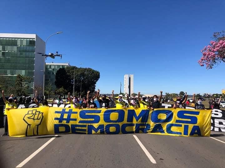 Brezilyalı Futbol Hayranları, Homofobik ve Irkçı Başkan Jair Bolsonaro'yu Protesto Etmek İçin Sokaklara Döküldü!