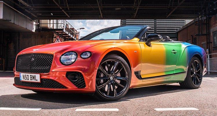 Bentley, Gökkuşağı Renklerine Bürülü Üstü Açık Arabasıyla Pride'ı Kutluyor!