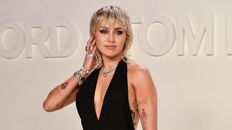 Miley Cyrus: İlk Cinsel Deneyimimi İki Kızla Yaşadım