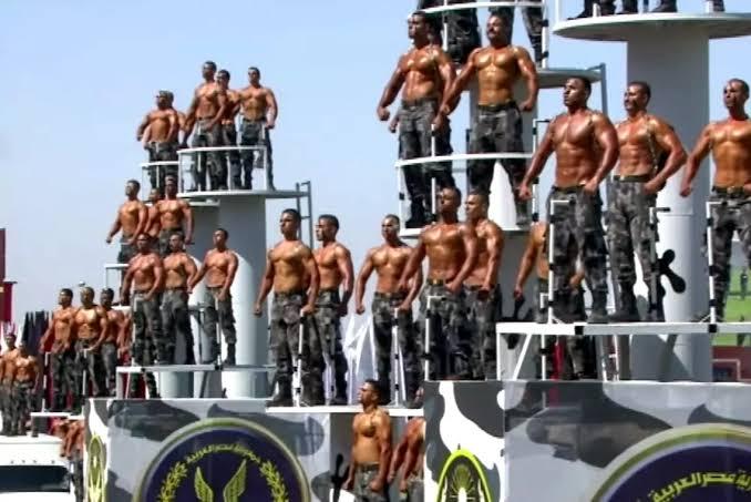 İzleyin: Dünyanın En Homofobik Ülkesinden Homoerotik Askeri Mezuniyet Töreni!