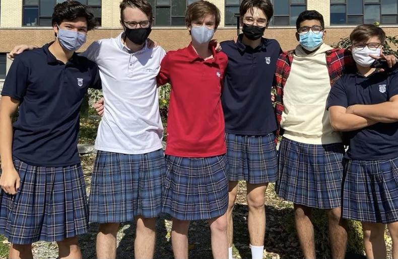 100 Öğrenci Homofobi ve Cinsiyetçilikle Mücadele Etmek İçin Okulda Etek Giydi