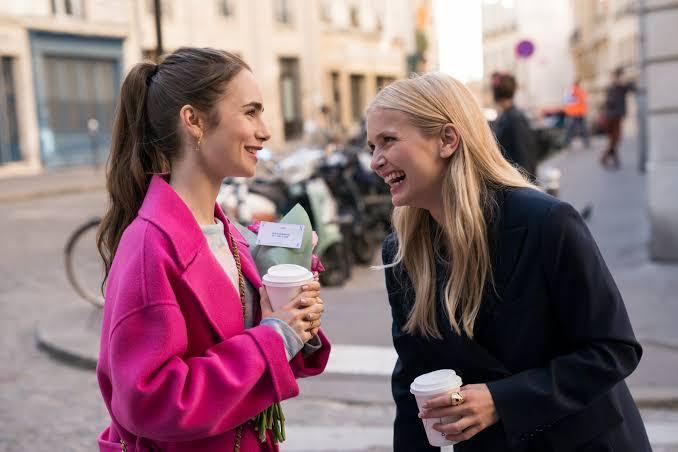Emily in Paris'in yıldızı Lilly Collins Emily ve Camille Arasındaki İlişki Hakkında Konuştu