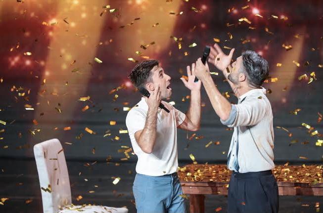 İzleyin: Eşcinsel Çiftin Duygusal Dans Performansı Herkesi Ayağa Kaldırdı