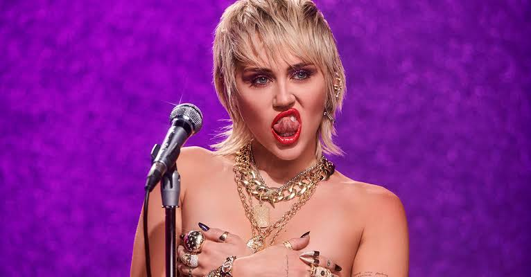 Miley Cyrus: Herkes Memelerin Taşaklardan Daha Güzel Olduğunu Bilir