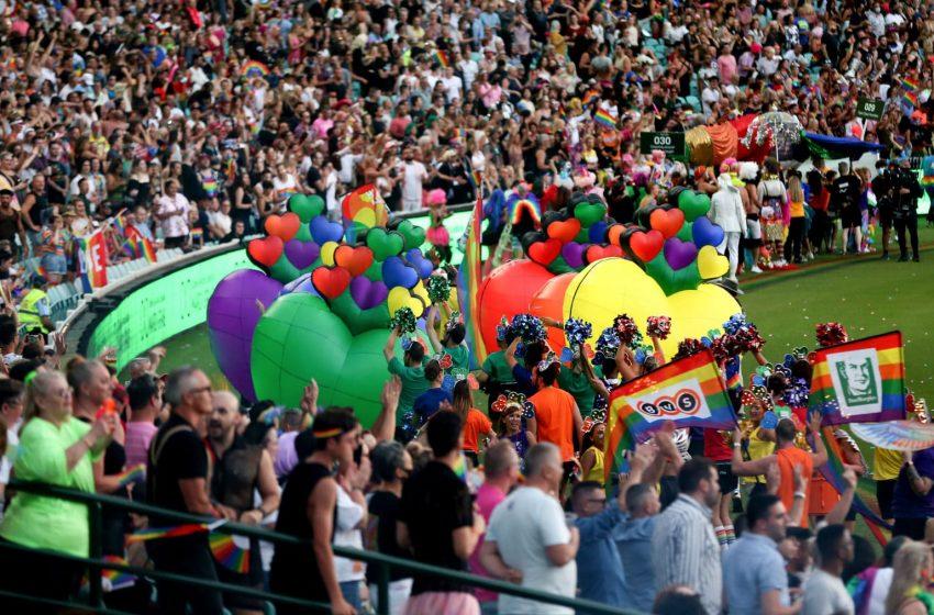 On Binlerce LGBTİ+ Genç, Sidney'de Mardi Gras'ı Kutladı