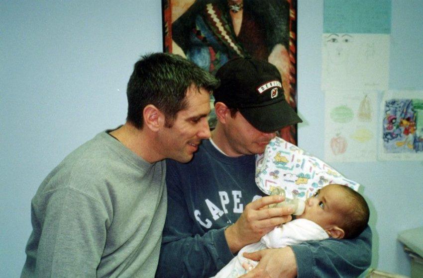 Eşcinsel Çift, Metroda Buldukları Terk Edilmiş Bebeği Evlat Edindi