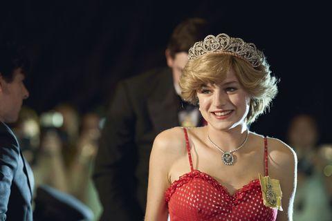 Crown'un Yıldızı Emma Corrin Zamirlerini Değiştirdiğini Söylediği Bir Gönderide Göğüslerini Bağladı