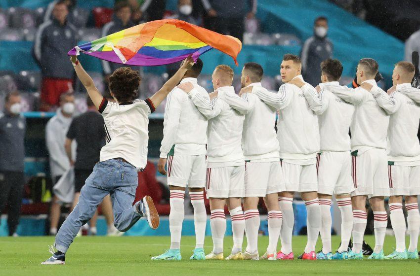İzleyin: Macaristan Milli Marşı Sırasında Bir Taraftar Pride Bayrağıyla Sahaya İnerek UEFA'yı Protesto Etti