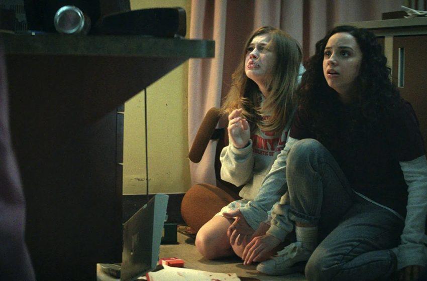 İzleyin: Netflix'in Yeni Korku Filmi Lezbiyen Bir Çifte Odaklanıyor