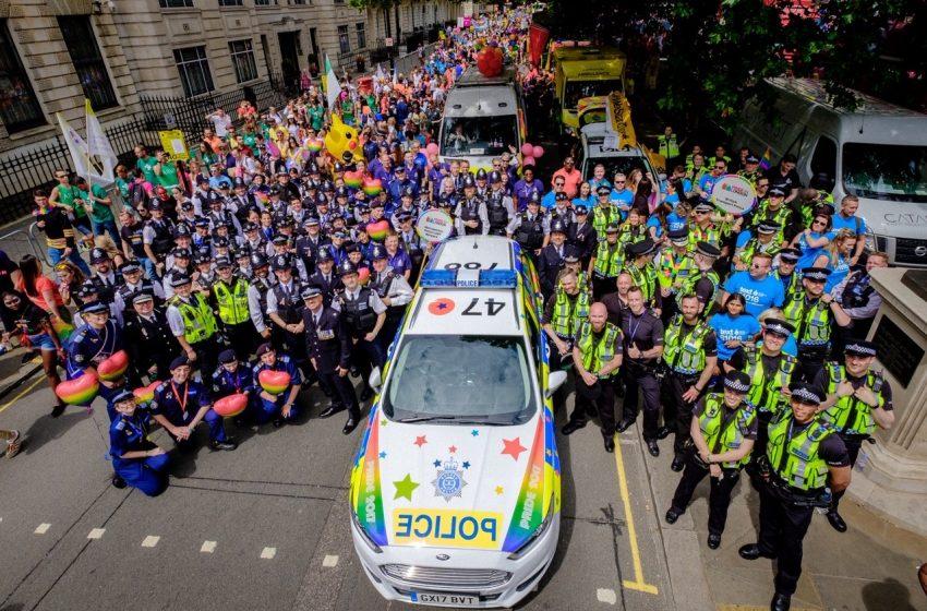 Londra Polisi LGBTİ+ Topluluğuna Güven Vermek İçin Yeni Gökkuşağı Arabalarını Tanıttı