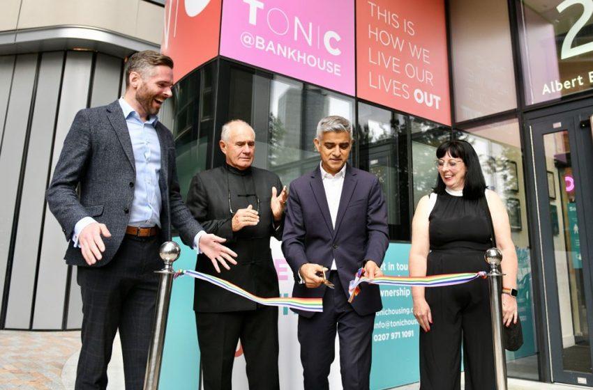 İngiltere'nin İlk LGBTİ+ Huzurevi Londra'da Açıldı